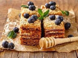Френска селска торта с медени блатове и масло и крем от заквасена сметана и сладко от боровинки - снимка на рецептата